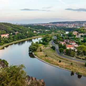 Pohled na řeku Vltavu a Prahu z Bohnické vyhlídky.